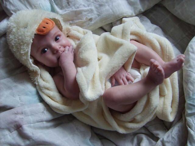 Maluszek owinięty ręcznikiem po kąpieli