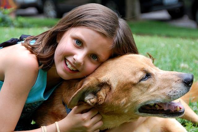 Uśmiechnięte dziecko z psem