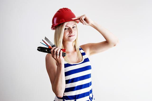 Kobieta z narzędziami w ręce