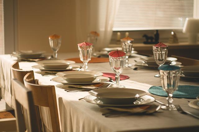 stół nakryty do obiadu