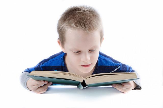 czytający chłopiec