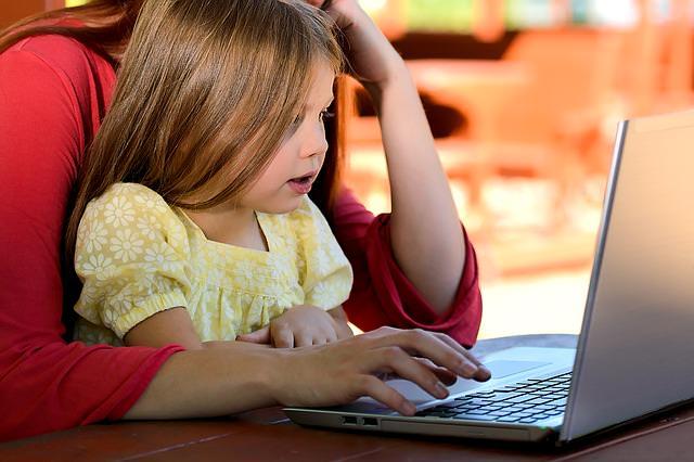 Dziecko i mama z komputerem
