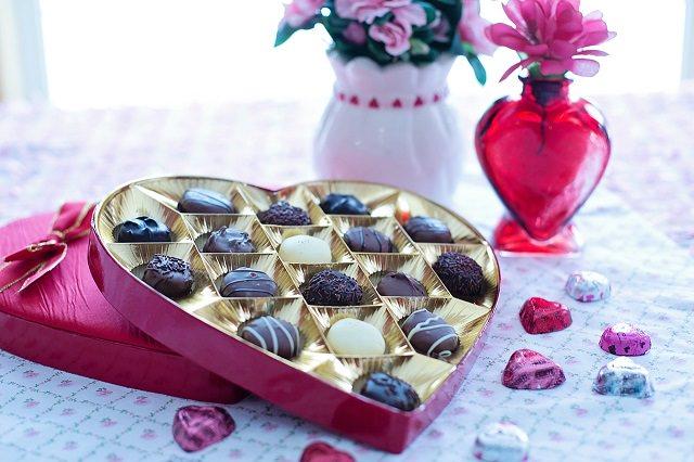 Bombonierka z czekoladkami na stole