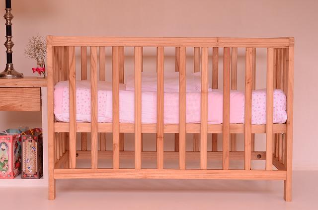 Materac w łóżeczku dla dziecka