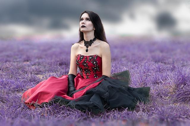 Kobieta w sukience z gorsetem