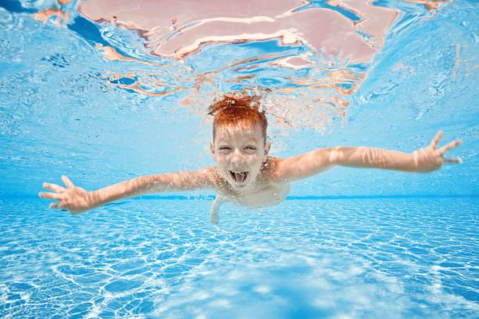 Chłopiec pod wodą