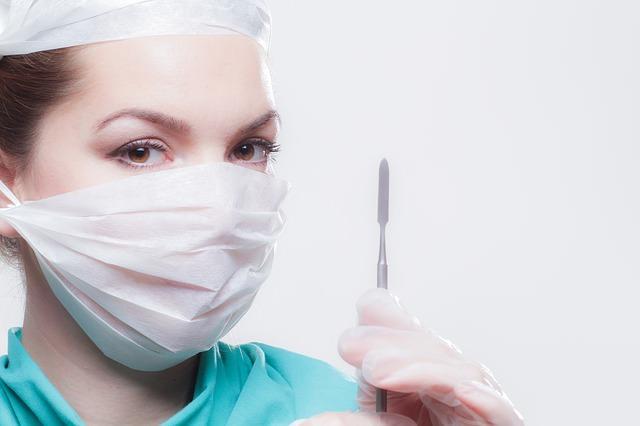 Kobieta doktor ze skalpelem