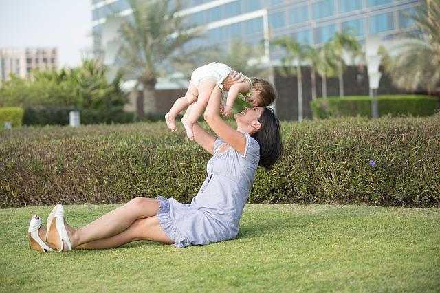 Kobieta podnosząca dziecko