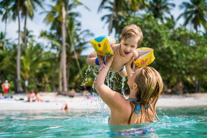 Kobieta bawi się z dzieckiem w wodzie