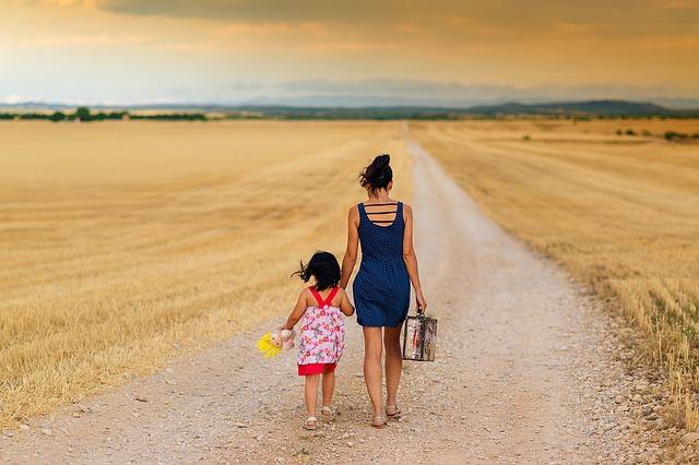 Spacerująca matka z dzieckiem