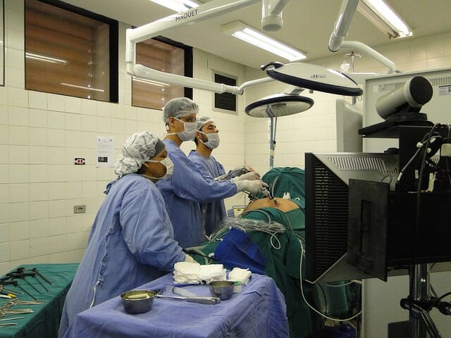 Chirurdzy przy stole