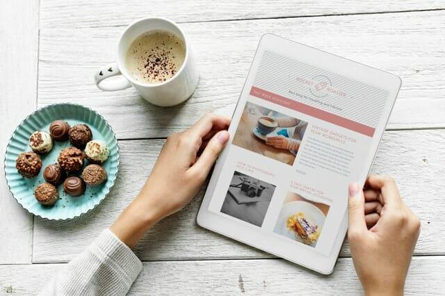 Strona bloga otwarta na tablecie