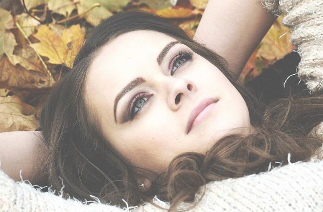 Leżąca na trawie dziewczyna
