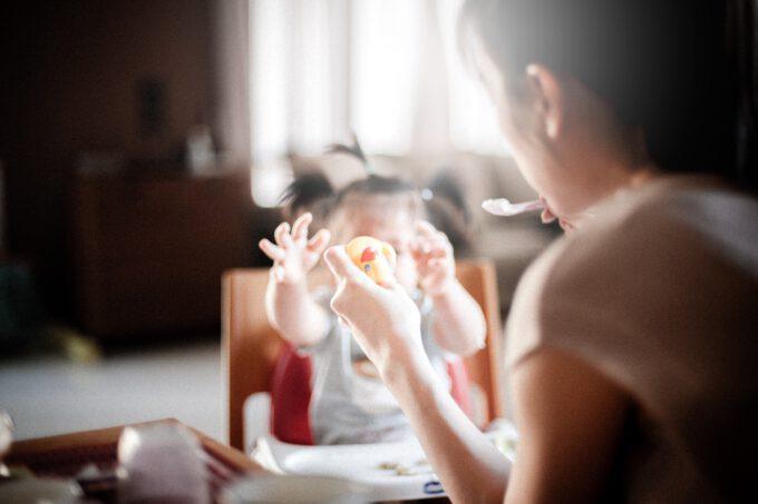 Matka karmi swoje dziecko