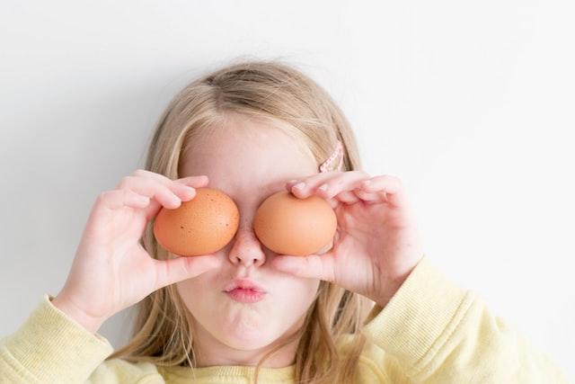 Dziecko trzymające jajka