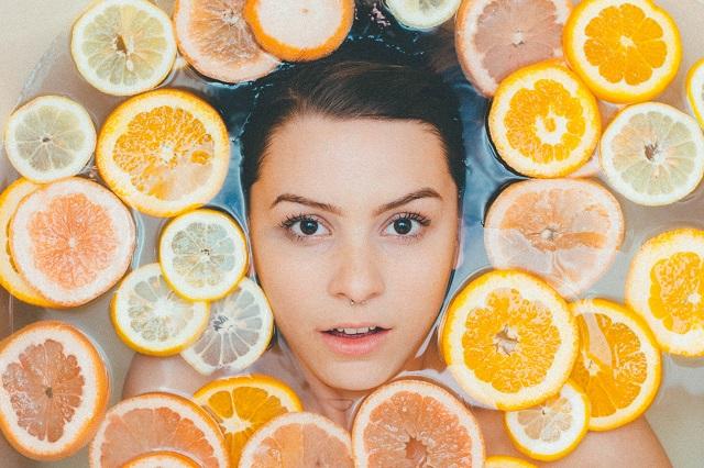 Kobieca twarz z pomarańczami