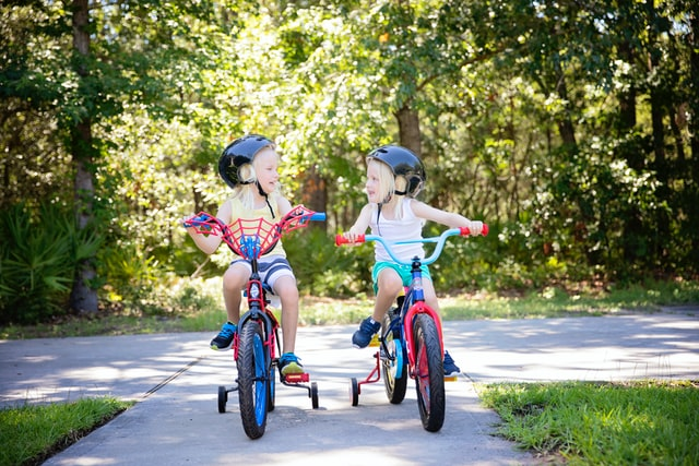 Dzieci na rowerkach