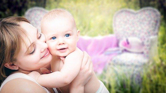 matka trzymająca dziecko