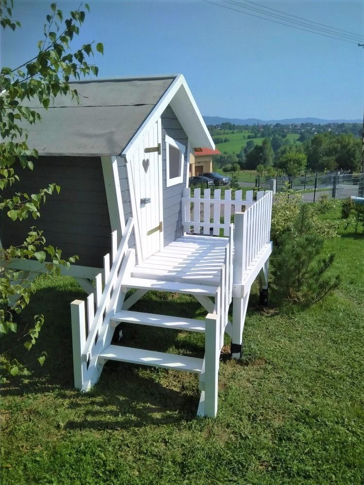domek ogrodowy dla dzieci z białymi schodkami